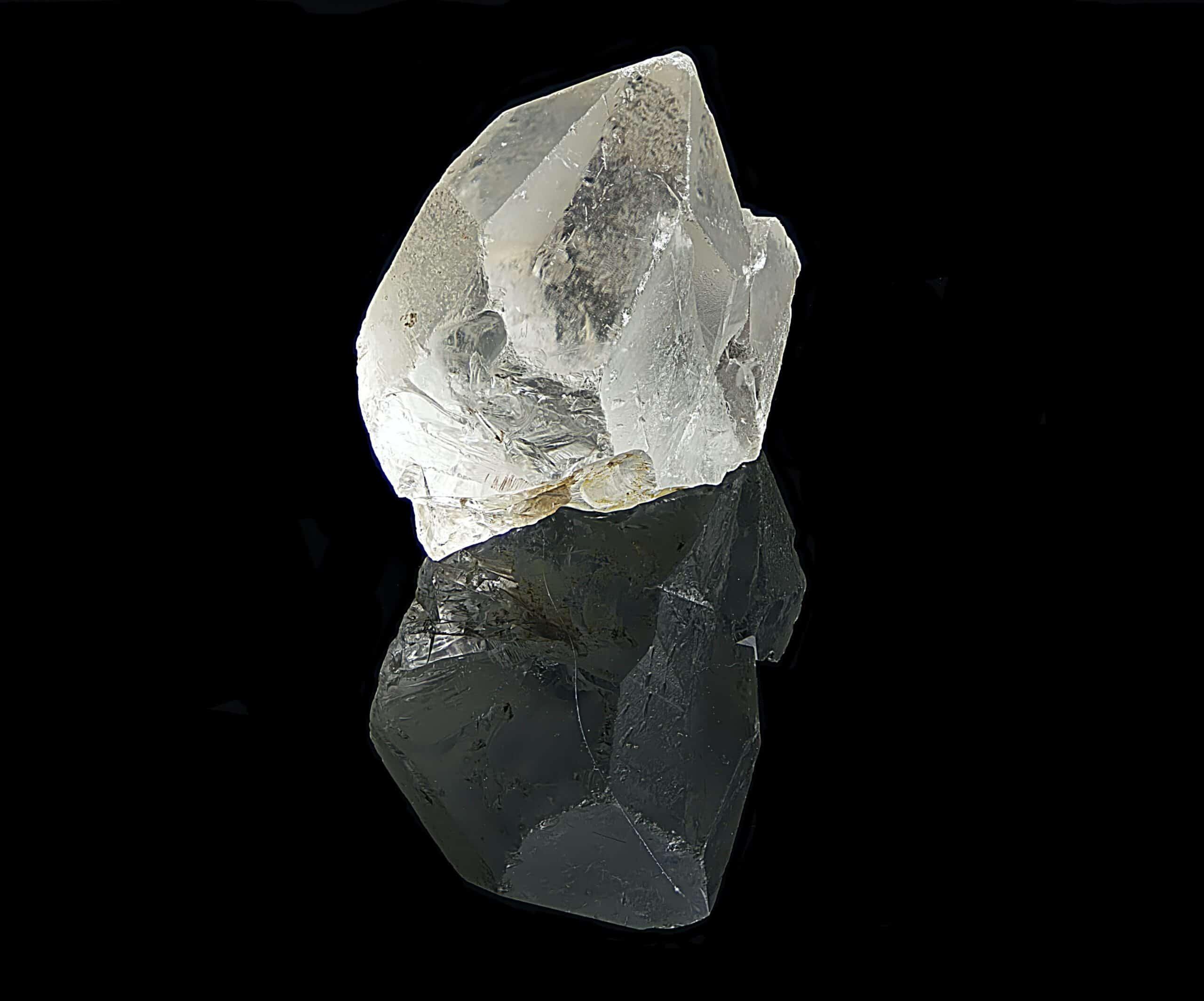 יהלום מעבדה (יהלום מלאכותי) נוצר בתנאים המחקים את התנאים בטבע (בתמונה יהלום גולמי)